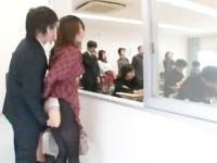 授業参観に来た母親が教師に痴漢され高速手マンでビクビク痙攣イキ!