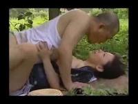 農家の夫婦がお昼休み中に外でそのままセックスするエロ動画