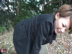 浣腸 野外でお姉さんがゴムチューブ浣腸されています