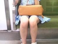 縦位置ムービー。対面に座った若い娘を観察
