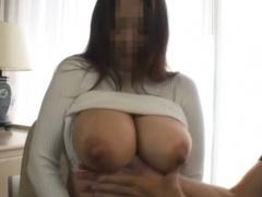 素人爆乳お姉さんのおっぱいの柔らかさをお伝えする乳フェチ動画!