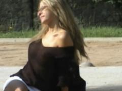 海外 ブロンド美人さん! パンツ丸見えでブラまで外しちゃって服の上から透...