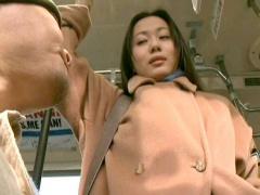 ヘンリー塚本 中年チ○ポをバスの中で痴女って手コキするド変態の熟女人妻!