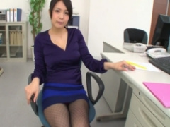 パンチラ ミニスカのセクシー女子社員が網タイツ越しのパンチラをチラチラ...