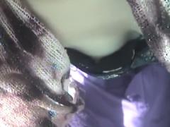 フリマで前かがみになって浮きブラして乳首丸見えの素人娘を隠し撮り
