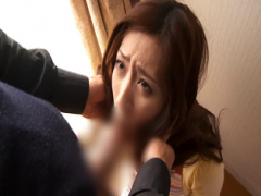 美人妻がおじさんに脅されてイラマチオ口内射精で犯される