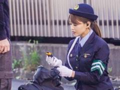 逮捕しちゃうぞ  街の治安を守る婦警さんが容疑者を淫語足コキ痴女責め!