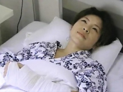 熟女 病院 入院中の欲求不満熟女がお見舞いに来た男性と激しくセックスし...