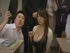 ボディコン姿で授業参観に出席した超乳ママ!