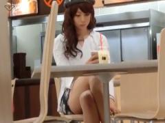 ファーストフード店でお茶してるお姉さんのパンチラを盗撮