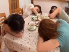 フェチ母乳 ママ友の集まりで修理屋が加湿器の水に睡眠薬を混入眠らせ集団...