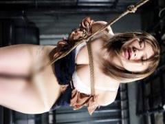 緊縛されて股間に喰い込む股縄渡りの屈辱調教に赤面して身悶える美女