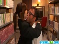 学ラン姿の巨乳美女が図書室でフェラ抜き