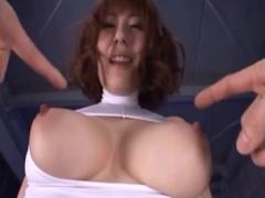 麻美ゆまちゃんが自慢のおっぱいだけさらけ出して騎乗位で腰を振りまくり...
