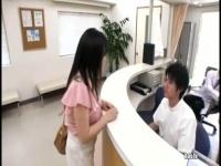 診察に来たのに先生のチンポをパイズリご奉仕させられるw