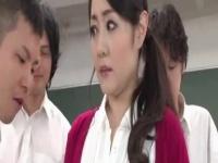 美熟女の先生が生徒たちに襲われ、ヤラれ、ザーメンをぶっかけられる