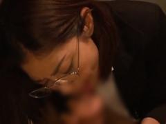 美人秘書が密室でつるマン素股&フェラチオご奉仕