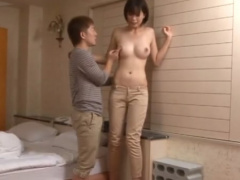 画面からはみ出しそうな長い脚! 高身長のスレンダー美脚美女とチビ男が身...
