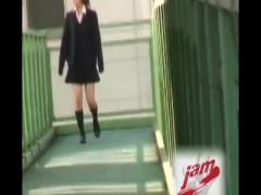 逮捕必須の女子校生スカートめくりでパンチラ堪能! 今の時代に豪快すぎるww