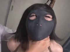 変態的な光景の連続! 黒いホッケーマスクを被せられての首絞めと電マでの...