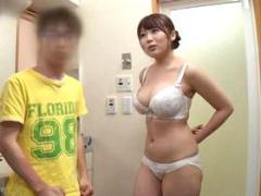 母親の友人が美人なうえに物凄いおっぱい! バスルームで裸を見てるうちに...