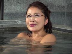 混浴温泉 欲求不満なメガネおばさん 旦那にSEX拒まれ。。。 そんなの聞い...