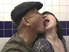 ヘンリー塚本 男の性欲渦巻くポルノ映画館に自ら出向き、怒張チ○ポに襲わ...