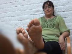 個人撮影 フェチ動画 五十路熟女のおばさんが足をモジモジして...! ? 素人妻
