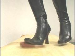 閲覧注意 穴から突き出たチンコをブーツで踏み付けられるフェチ動画! 金玉...