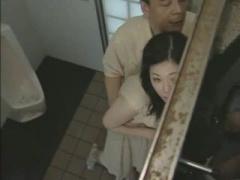 ヘンリー塚本 巨乳で美熟女な人妻が旦那の不倫の腹いせにナンパされるトイレでハメはめ