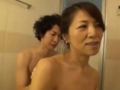 息子とお風呂に入る変態お母さんが夫が熟睡してる横で息子とセックス!