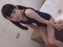 スク水美少女がディルドオナニーでパイパンまんこから潮吹き絶頂!
