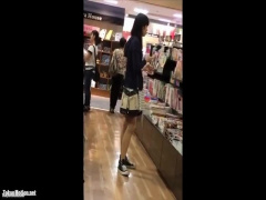 本屋で3人のかわいいJDたちのスカートの中を逆さ撮りでパンチラ盗撮 無料動画
