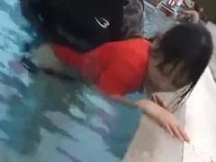 痴漢 プールで強制レイプされる水着姿のかわいいお姉さんエロい!