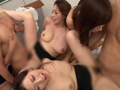 生徒達を痴女って豊満巨乳の美熟女教師が中出し性活指導セックス!