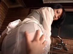 母子相姦! 美熟女義母のスカートから透ける下着と巨尻に欲情して...! 巨乳...