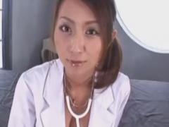 淫乱痴女医のフェラチオ手コキぜめで強制射精させられるM男の動画