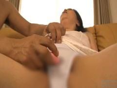 豊満ボディーの素人熟女人妻さん パンティ越しにお股の割れ目にローター責...