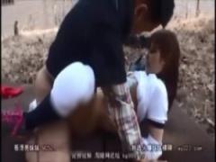 スタイル抜群の美人女子校生たちが、外で男達と体操服姿でセックスする