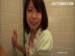 清楚なかわいい人妻が公衆トイレで男根にむしゃぶりついています