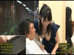美容師がお客さんにおっぱいさらけ出したり手コキ射精させちゃう超変態な店員