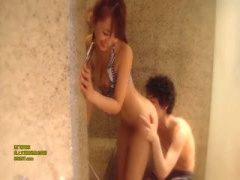 チェック柄の水着の美少女がシャワー室でイチャついたあと、ベッドで着エ...