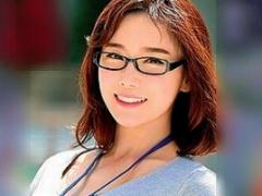 メガネをかけていて真面目そうな韓国娘が日本のAVに出演! 男優のチンポで...