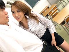 スケベすぎる痴女教師が男子生徒を誘惑
