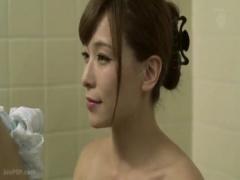 近親相姦 義父の優しさにほだされて一緒にお風呂に入る嫁。背中を洗うとオ...