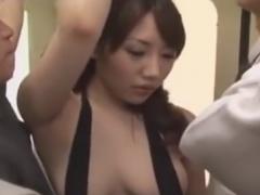 露出癖のあるお姉さんを電車で集団痴漢動画