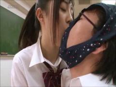 激カワ女子校生がM男の顔にパンツを被せてベロチュー手コキ抜き