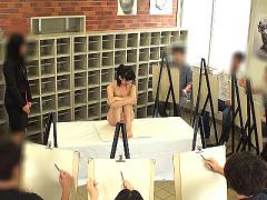 ヌードデッサンのモデルとして大勢に裸を見られて興奮しちゃう美少女