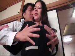 母子相姦 家族の目を盗んで娘婿と愛し合う巨乳のお義母さん。夫が帰宅する...