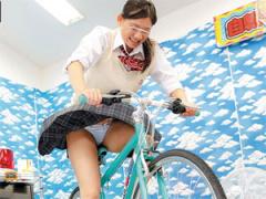 パンチラ連発! 女子校生が発電自転車ゲームに挑戦!